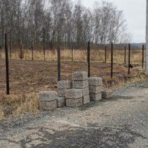 Забор из профлиста с открытыми воротами в Серпухове